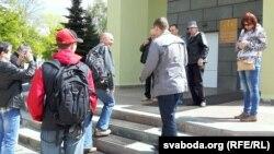 Сябры і аднадумцы прыйшлі ў суд падтрымаць Шараха і Стукава