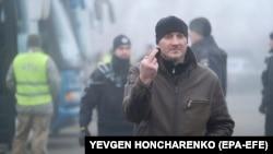 Під час обміну утримуваними особами між Україною і російськими гібридними силами біля пункту пропуску «Майорськ» у Донецькій області, 29 грудня 2019 року