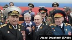 Ruski predsednik Vladimir Putin i ratni veterani na proslavi dana pobede 2012. godine