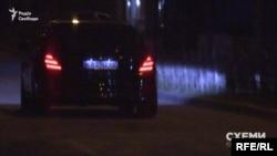 Далі Mercedes керівника Офісу президента рушив, на мить зник за припаркованими авто і залишив стоянку