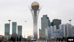"""Астана қаласының орталығындағы """"Бәйтерек"""" монументі мен әкімшілік және тұрғын үй ғимараттары."""