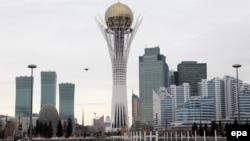 """Монумент """"Байтерек"""" и здания в центре Астаны."""
