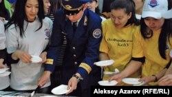 Участники акции в момент разрезания пирога. Алматы, 25 января 2013 года.