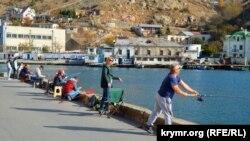 Рыбаки на берегу Балаклавской бухты