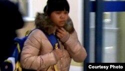 Зулфия Чиншанло әуежайдан шығып келе жатыр. Алматы, 27 қазан 2012 жыл.