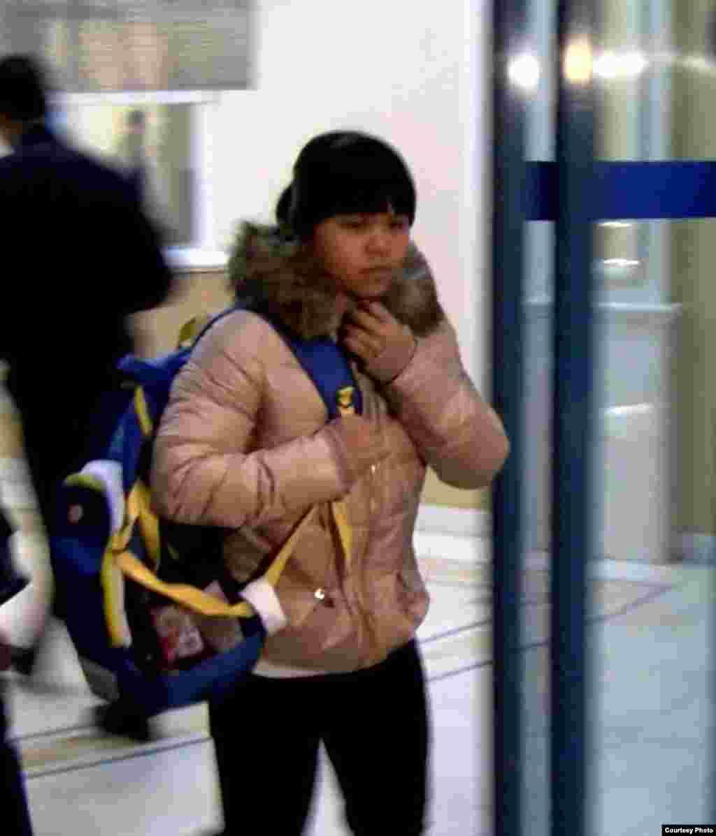 Чемпионка Лондонской Олимпиады Зульфия Чиншанло не сказала ни слова в аэропорту Алматы на вопросы о слухах, что «она меняет казахстанское гражданство на китайское». Алматы, 27 октября 2012 года.