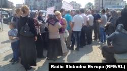 Архивска фотографија: Протест на ученици и родители од село Подгорци пред општина Струга.