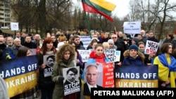 Демонстранты во время акции протеста против вмешательства России в Украине перед посольством России в Вильнюсе, 3 марта 2014 года