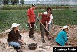КУУнун археолог студенттери Кочкор-Башы шаарынын ордун казууда. Кум-Дөбө кыштагы. 01.7.2011.