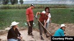 Студент-археологдор Кочкор-Башы шаарчасынын урандылары калган жерди казуу учурунда.1-июль, 2011.
