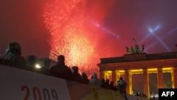 Берлин. Фейерверк у Бранденбургских ворот – в день 20-летия разрушения Берлинской стены