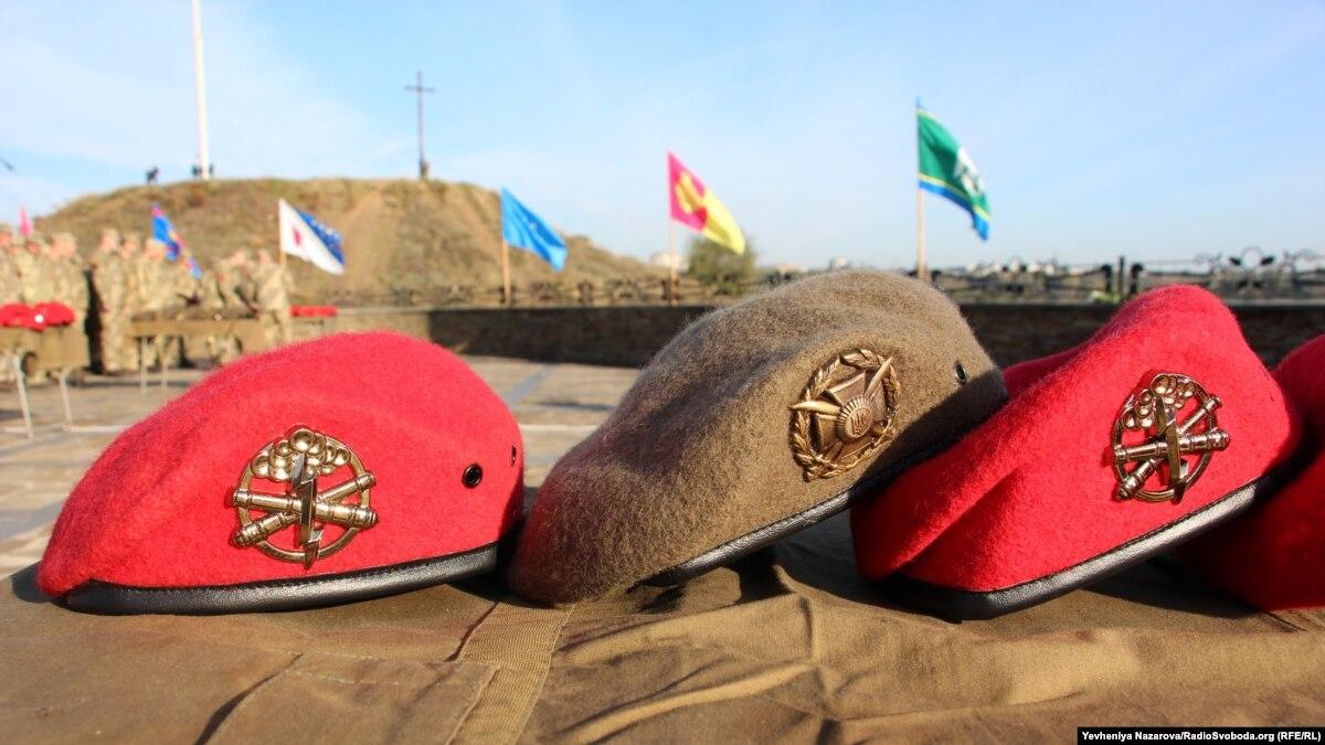 Первый артиллерийский подразделение ВСУ получил береты нового образца