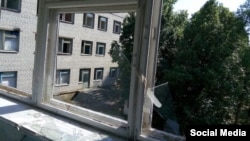 Пошкоджена будівля лікарні у Станиці Луганській