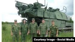 Зенитно-ракетный комплекс «Бук» и группа российских военнослужащих. Фото из доклада группы Bellingcat.
