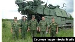 Військовослужбовці 53-й зенітно-ракетної бригади на тлі установки «Бук»