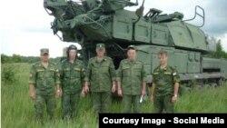 """Ресей солдаттары """"Бук"""" зымыран құрылғысының алдында суретке түсіп тұр."""