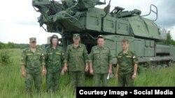 """Российские солдаты на фоне установки """"Бук"""" - иллюстрация из расследования международной группы журналистов Bellingcat."""