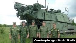 Военнослужащие 53-й зенитно-ракетной бригады на фоне установки «Бук»