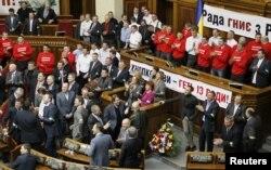 Члены партии УДАР блокируют зал заседаний Рады
