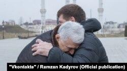 Спикер дагестанского парламента Хизри Шихсаидов обнимает главу Чечни Рамзана Кадырова. Грозный, 5 февраля