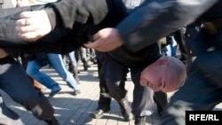 Москва, 16 октября: Задержание протестующих против итогов выборов оппозиционеров. Фото Юрия Тимофеева
