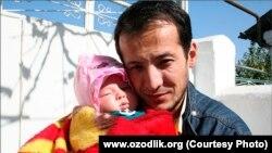Узбекский журналист Алишер Саипов вместе с дочерью Зулайхо, которой на момент папиной смерти было всего лишь два месяца. Ош, 2007 год.