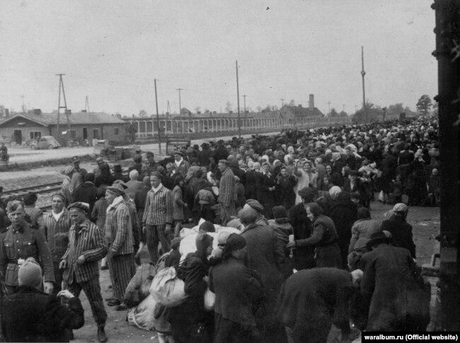 Вивантаження угорських євреїв із потяга, який прибув до концентраційного табору. Фото з виставки «Тріумф людини. Мешканці України, які пройшли нацистські концтабори»