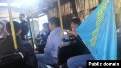КИМЭП университетіндегі қарсылық шарасы үшін ұсталған жастар полиция автобусында отыр. Алматы, 19 қыркүйек 2013 жыл. (Сурет азаматтық белсенді Мұхтар Тайжанның Facebook парақшасынан алынды).