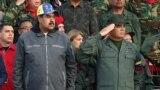 Николас Мадуро (слева) и его министр обороны Владимир Падрино Лопес в Каракасе