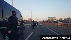 Policija proverava dozvole za kretanje na mostu Gazela u Beogradu tokom vanrednog stanja, 24. april 2020.