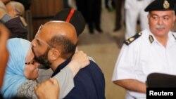 Один из лидеров исламистов прощается со своей женой после одного из судебных слушаний. Каир, 31 мая 2016 года