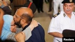 Один из лидеров исламистов прощается со своей женой после одного из судебных слушаний (май 31 мая 2016, пригород Каира, 31 мая 2016)