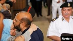 Один из лидеров исламистов прощается с женой после одного из судебных слушаний. Каир, 31 мая 2016 года.