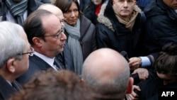 Франция президенті Франсуа Олланд шабуыл болған редакция маңына келді. Париж, 7 қаңтар 2015 жыл.