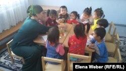 Занятие в казахской группе инклюзивного центра «Капитошка», созданного общественной организацией «Дари добро». Темиртау, 22 сентября 2016 года.