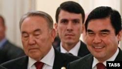 На переднем плане: президент Казахстана Нурсултан Назарбаев и президент Туркменистан Гурбангулы Бердымухамедов.