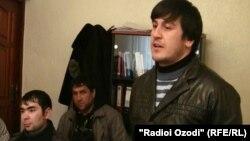 Насрулло Шарифов (нафари аввал аз тарафи рост) 33 сол дошта, соҳиби се фарзанд будааст.