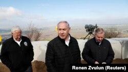 از راست: لیندسی گراهام، عضو سنای آمریکا، بنیامین نتانیاهو، نخست وزیر اسرائیل، و دیوید فریدمن، سفیر آمریکا در اسرائیل در جریان بازدید از بلندیهای جولان – عکس از آرشیو