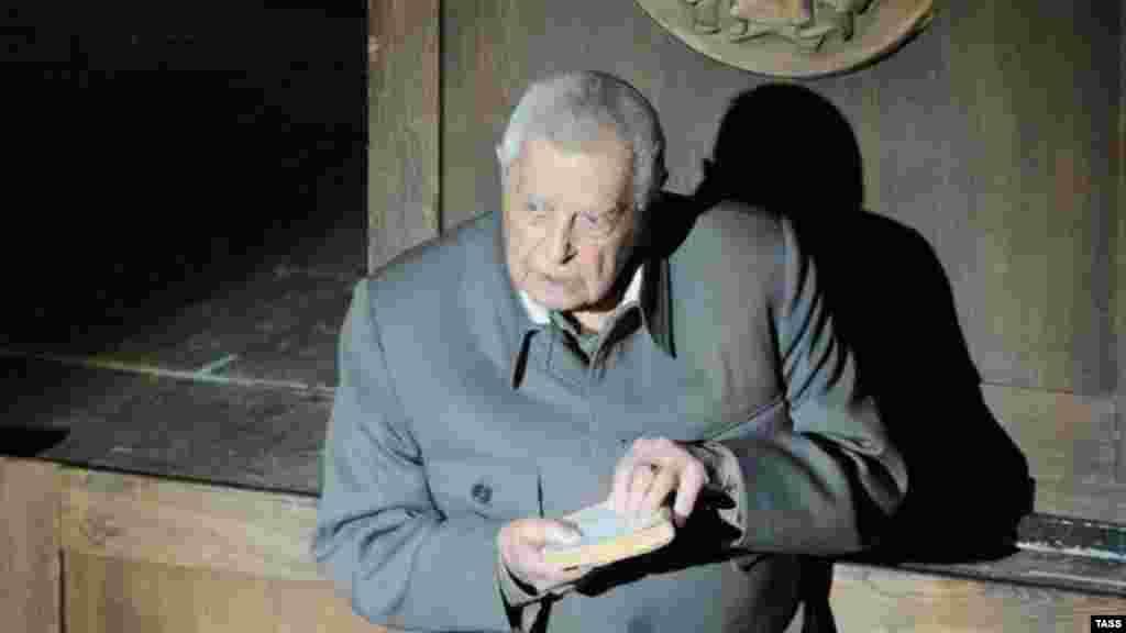 """Спектакль по роману Александра Солженицына """"Шарашка"""" в Москве. Юрий Любимов в роли Сталина. 12 декабря 2008 года."""