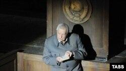 Iuri Liubimov în rolul lui Stalin, în spectacolul cu Șarașka, bazat pe Primul cerc, romanul lui Al. Soljenițîn, în 2008