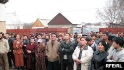 Шаңырақ тұрғындары жер телімдерін тіркеуге қатысты арыз айтып тұр. Алматы, 28 наурыз 2009 ж.