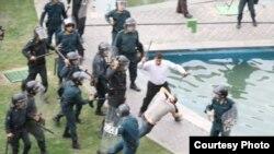 نیروهای پلیس و لباس شخصی در حال کتک زدن یکی از معترضان به نتیجه انتخابات ریاست جمهوری ایران