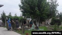 Учителя и воспитатели школы-интерната №62 в городе Самарканде занимаются уборкой территории учебного заведения.
