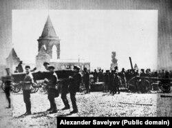 Ленін дапамагае несьці бервяно (трымае пры канцы) на суботніку ў Маскве 1 траўня 1920