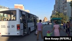 """Аялдамада тоқтап тұрған, """"Автопарк"""" мекемесіне қарайтын автобус. Ақтөбе, 18 тамыз 2016 жыл."""