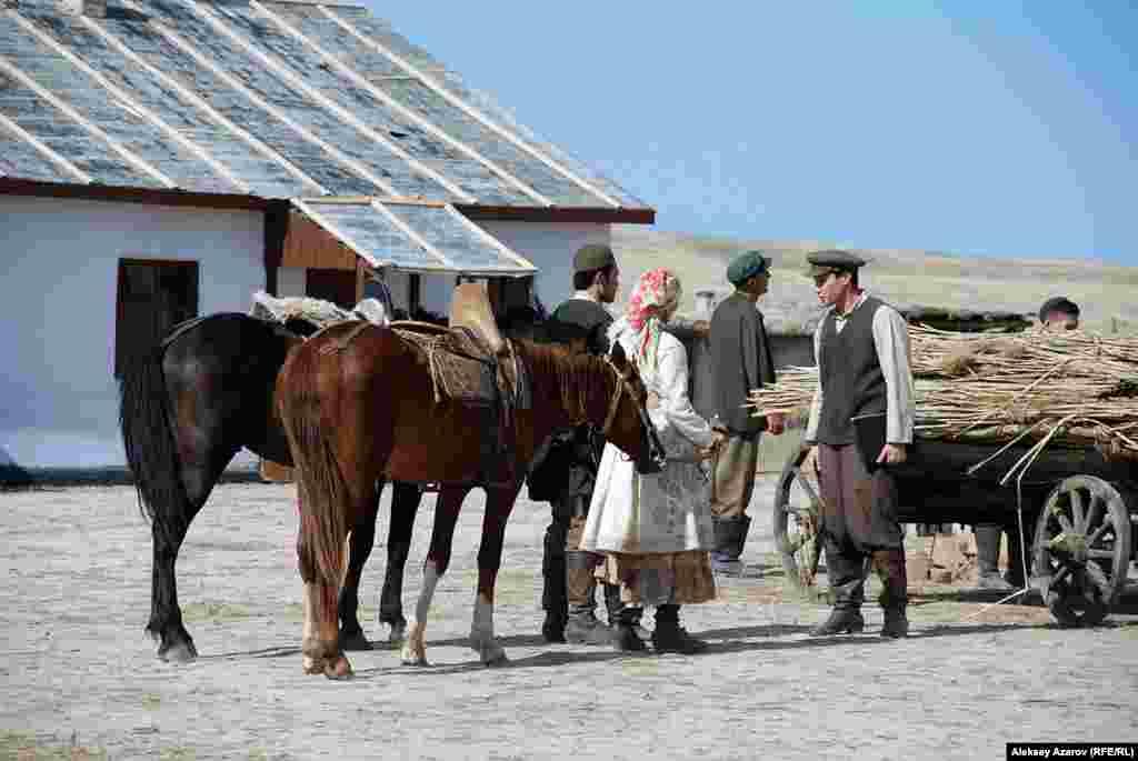 Присутствовавшие на съемочной площадке журналисты наблюдали за съемкой сцены приезда маленького Ильяса и его родителей в новый поселок.