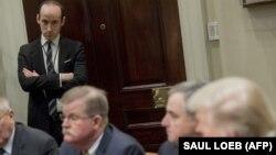 استیون میلر (ایستاده) در یکی از نشستهای اخیر رئیسجمهور آمریکا