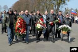 """Губернатор Цуканов вместе с местными """"Ночными волками"""" возлагает цветы к мемориалу павшим героям Великой отечественной войны. Апрель 2015 года"""