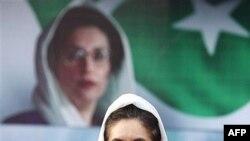 خانم بوتو: ژنرال مشرف بايد به وعده هايی که به ديوانعالی کشور و همچنين در مذاکراتش با او داده بود ، عمل کند.