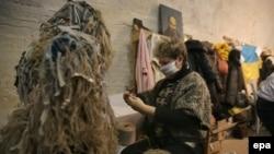 Волонтер робить камуфляжний костюм для українських солдатів, 22 листопада 2014 року